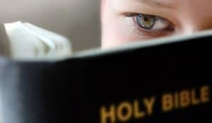 niño leyendo biblia